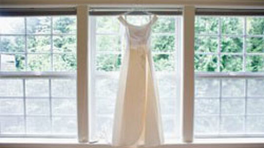 5 Wedding Dress Silhouettes and Fabrics for Plus-size Brides