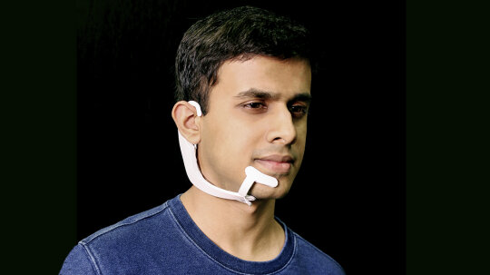 """麻省理工学院的新耳机可以""""听到""""你的想法和回应""""border="""
