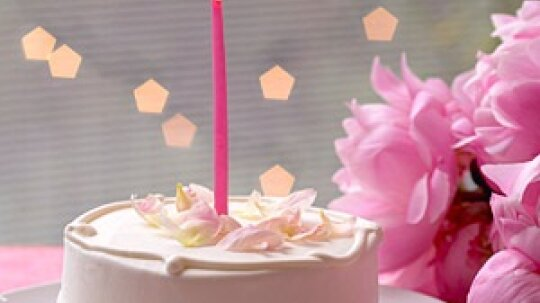 Simple Decorations for Easy, Beautiful Birthday Cakes