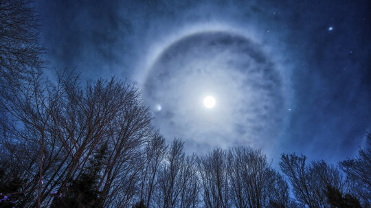 Does a ring around the moon mean rain is coming soon?