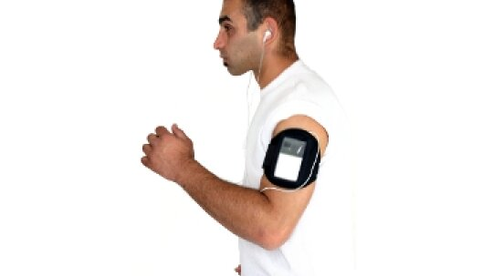If I put my smartphone in an armband or pocket while I run, can it overheat?