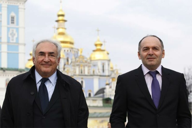 Party man Pinchuk (R) tends to business, not pleasure, as he and former International Monetary Fund head Dominique Strauss-Kahn (L) pose in the city of Kiev. © Frolova Maria/ITAR-TASS Photo/Corbis