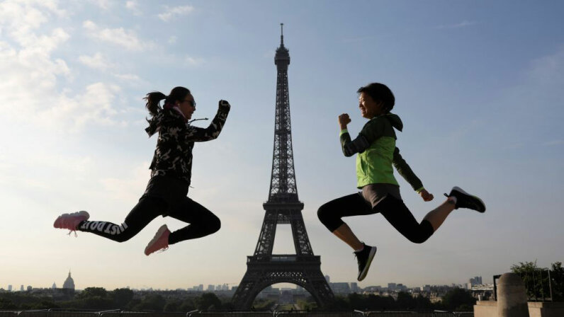 women jumping in Paris, Eiffel tower