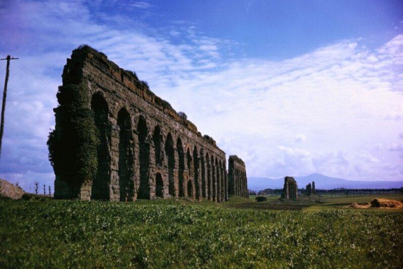 Ruins of the Claudian Aqueduct, built in 313 B.C.E., near Rome, Italy.  © Bettmann/CORBIS