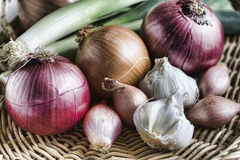 Despite stinking your breath, raw onions are good for battling oral bacteria. Lynne315/iStock/Thinkstock