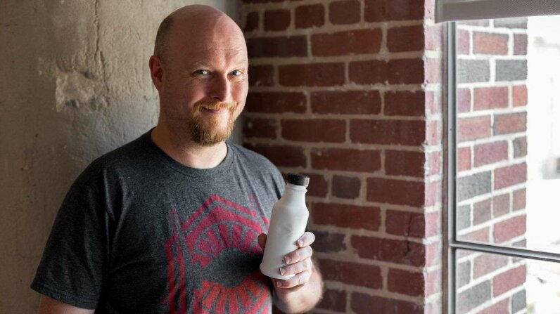 Jonathan and his lunch, a bottle of Soylent 2.0 Dylan Fagan/HowStuffWorks