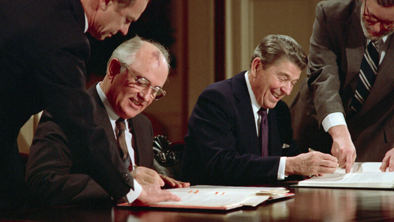 Gorbachev, Reagan, signing