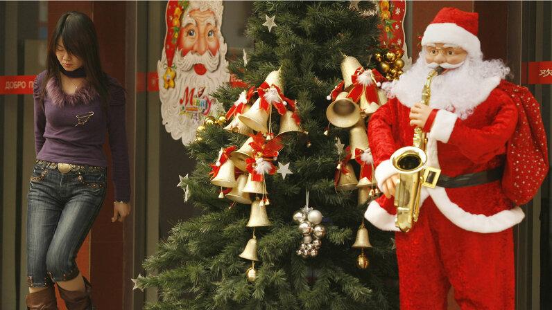 Saxophone-playing Santa in Beijing