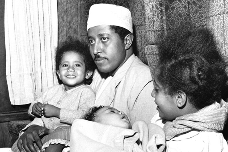 The deposed Sultan of Zanzibar hangs out with three of his kids as they travel from Manchester to London. Keystone/Hulton Archive/Getty Images