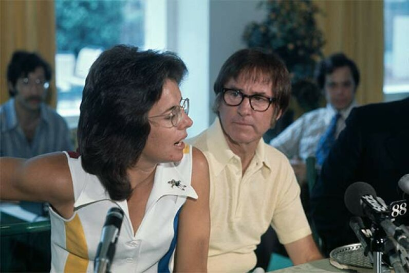Billie Jean King and Bobby Riggs announce that they will play each other for a winning check of $100,000, at a press conference in 1973. © Bettmann/CORBIS