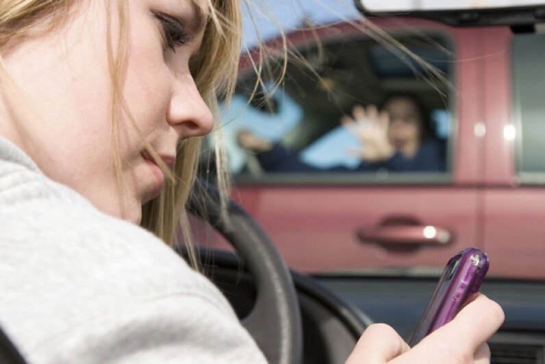 Distracted drivers are dangerous drivers. ©iStock/Thinkstock