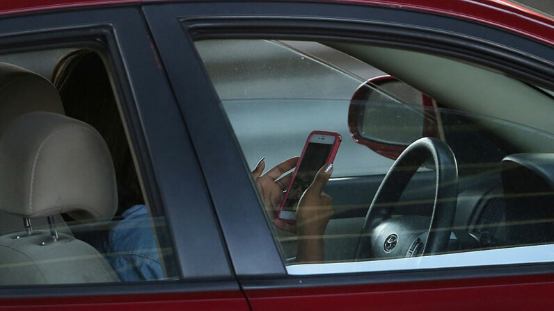 using smartphone behind wheel