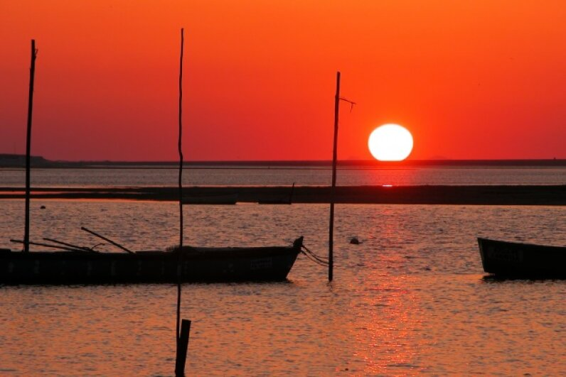 The red sky saying isn't that far off the mark, provided you're in the middle latitudes. Rui Ferreira/Hemera/Thinkstock