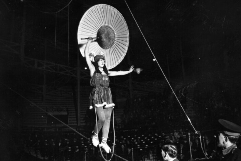 Tightrope walker Mlle Elleanorer performs on a high wire in 1922. Hulton Archive/Getty Images