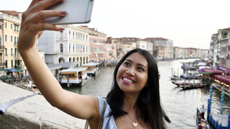 woman traveling solo selfie
