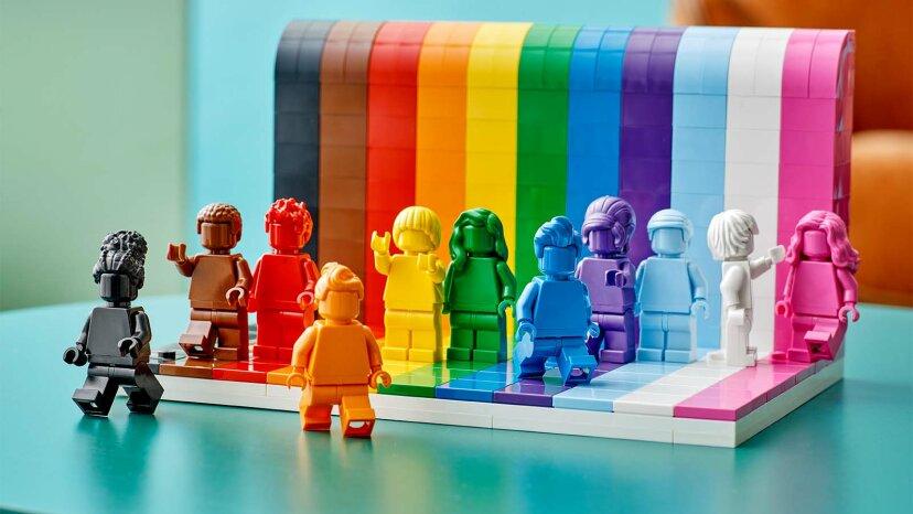 """Das neue Pride LEGO Set zeigt """"Jeder ist großartig!"""""""