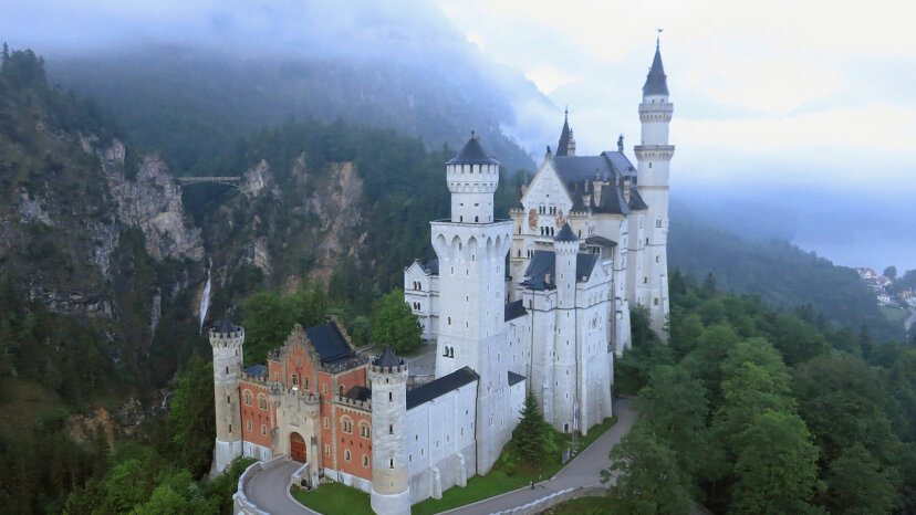 ノイシュヴァンシュタイン城の奇妙な歴史はディズニーのおとぎ話ではありません