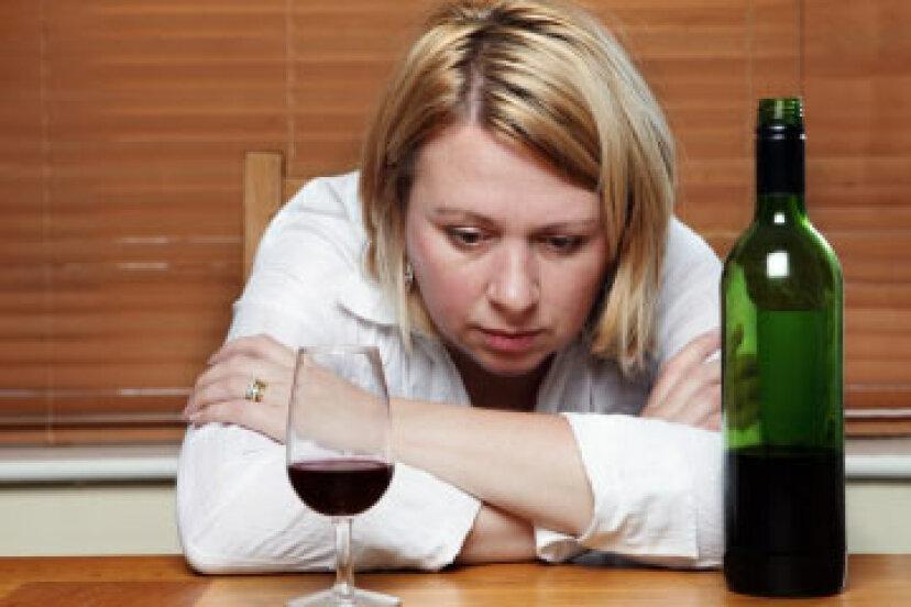 なぜアルコールとうつ病はそれほど一般的に関連しているのですか?