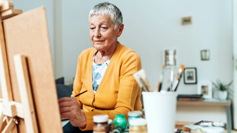 donna anziana mancina
