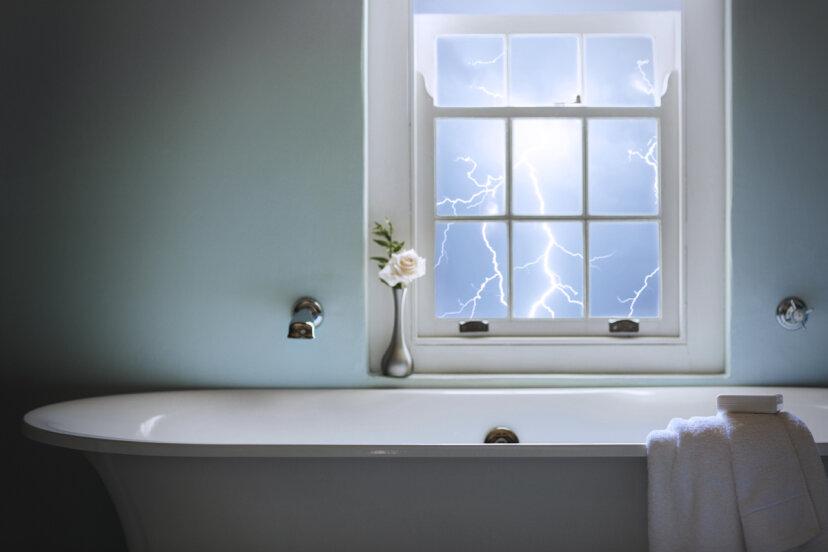 雷雨の際に入浴するのは危険ですか?