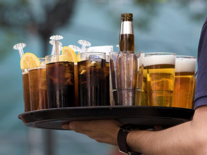 なぜビールは頭を形成するのにソーダは頭を形成しないのですか?