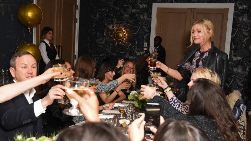 Pastel, velas y cheque: ¿Quién paga la factura de la cena de cumpleaños?