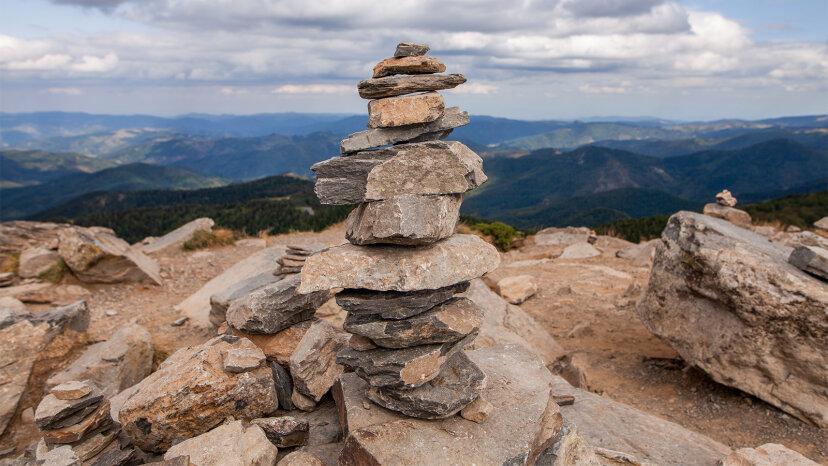 科学者は言う:ねえ、ハイカー、岩を積み上げるのをやめなさい!