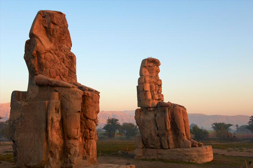 メムノンの巨像は日の出で歌っていましたか?