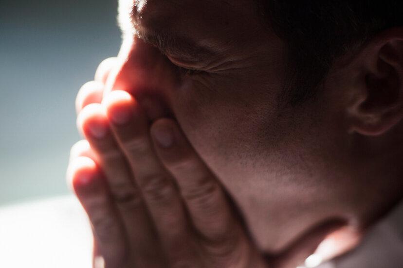 くしゃみを抑えるのは危険ですか?