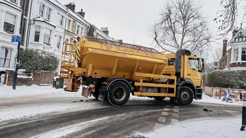Warum wird Salz verwendet, um im Winter Eis auf den Straßen zu schmelzen?