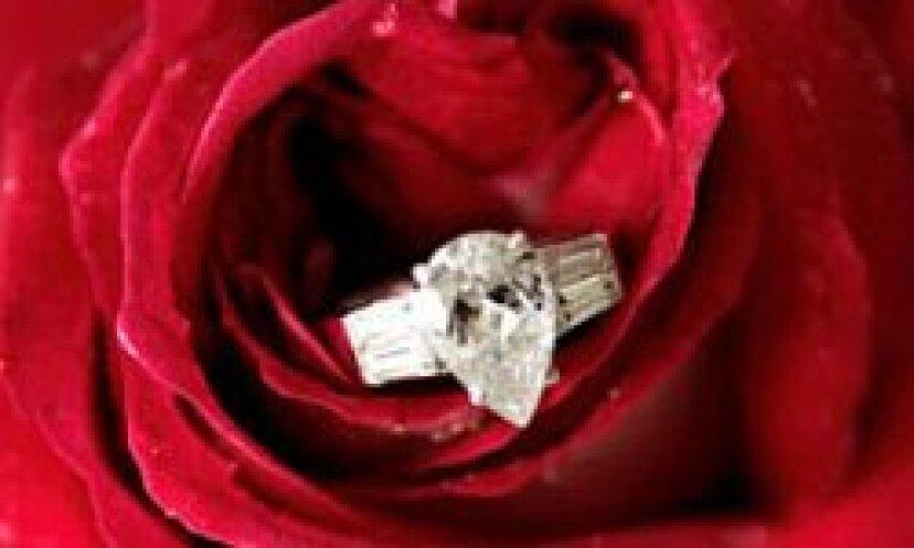 ダイヤモンドの婚約指輪の写真