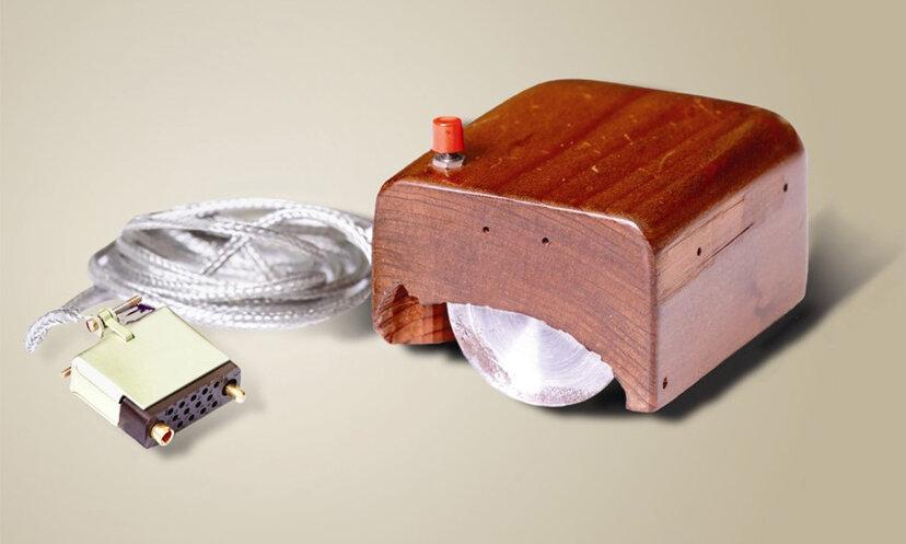 ダグラスエンゲルバートはどのような装置を発明しましたか?