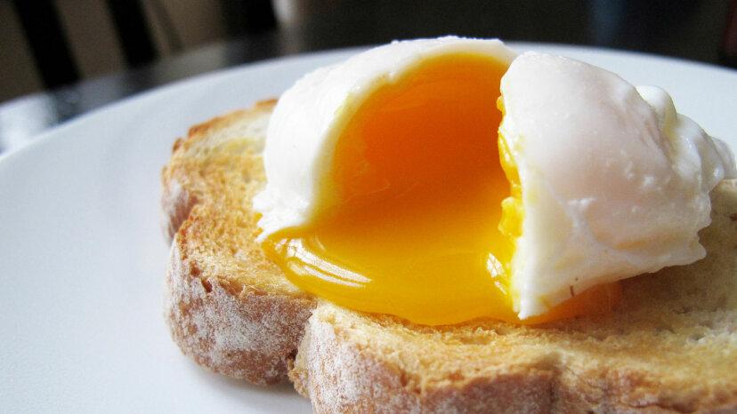 ¿Cómo afectan los huevos el riesgo de colesterol alto?