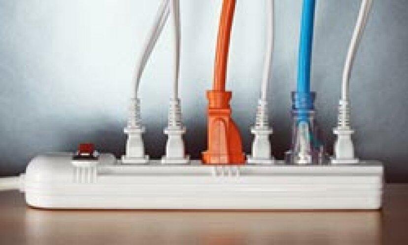 電圧サージとスパイクはどのように異なりますか?