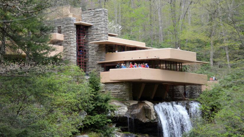 落水荘はフランクロイドライトの傑作と見なされています。これが理由です