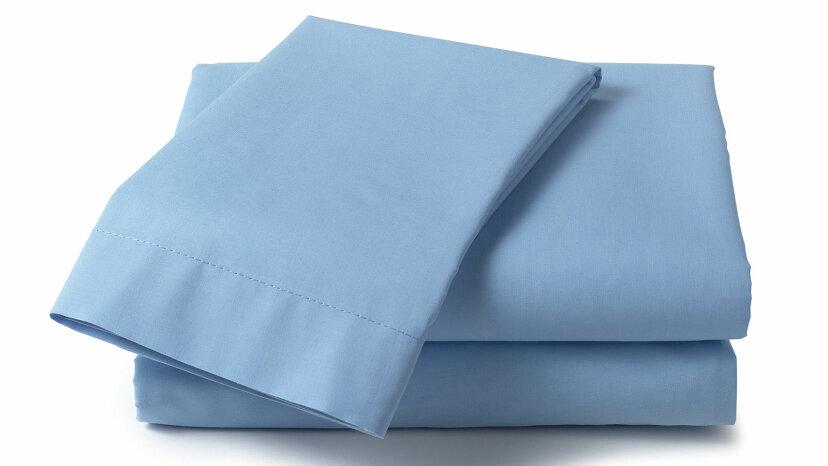 """一堆折叠的蓝色床单""""border="""