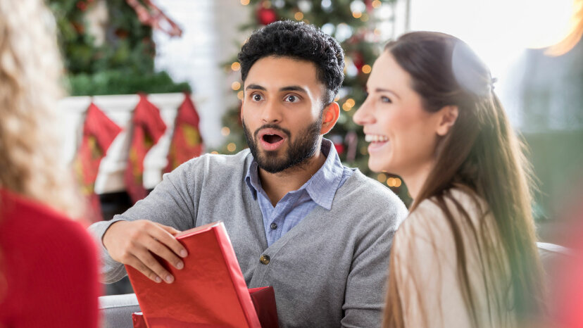 ¿Tiene que abrir los regalos delante de los invitados?