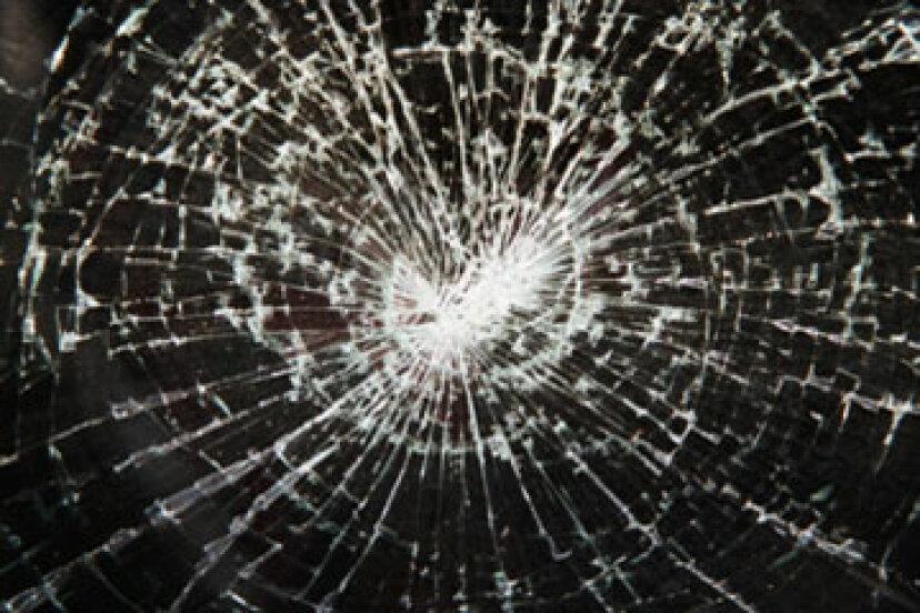 ひび割れと欠け:ガラス全体をカバーすることはお金の価値がありますか?