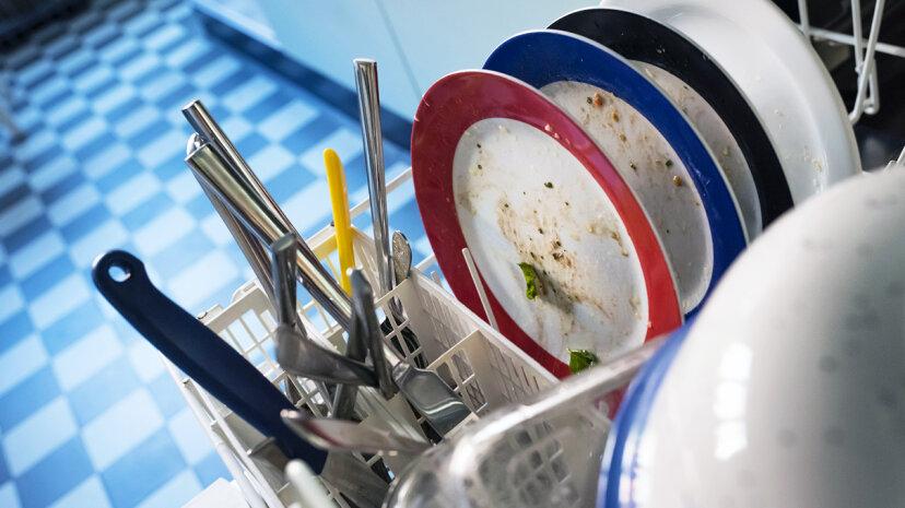 ¿Qué consigue su limpiador de platos: usted o su lavavajillas?