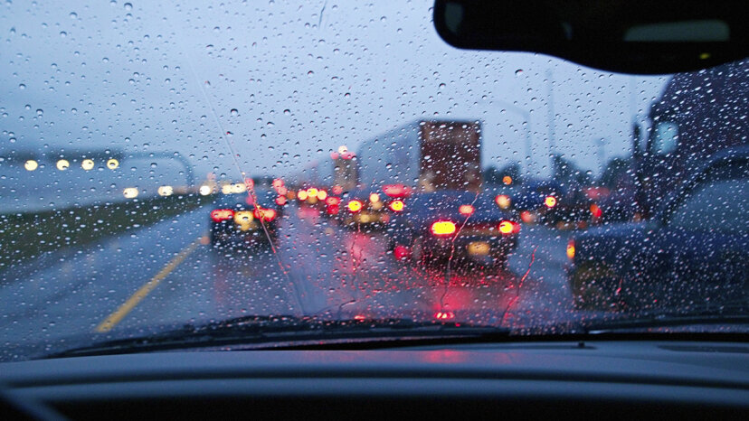 Las personas que conducen con las luces de emergencia encendidas están cometiendo un error