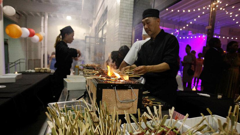 Schnelles und wütendes Grillen im Hibachi-Stil ist sowohl Abendessen als auch Theater