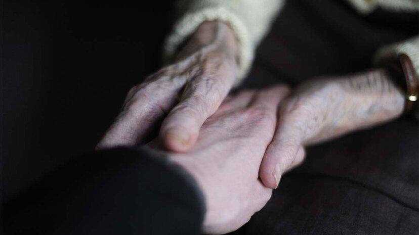 Händchenhalten kann Schmerzen lindern