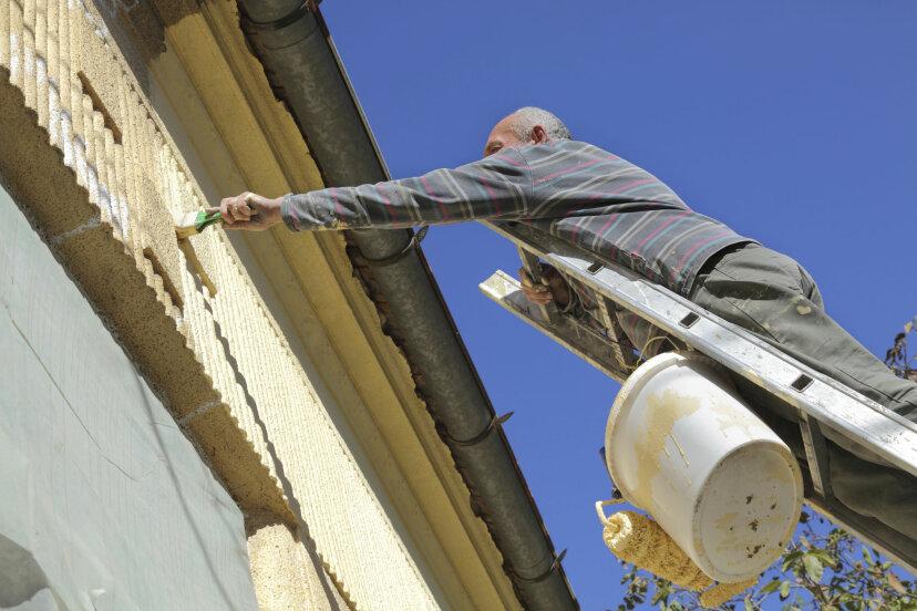 どのくらいの頻度で家の外壁を塗り直す必要がありますか?