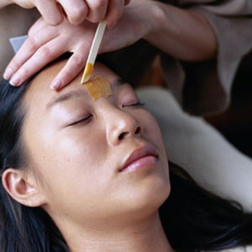 どのくらいの頻度で眉毛にワックスをかけるべきですか?