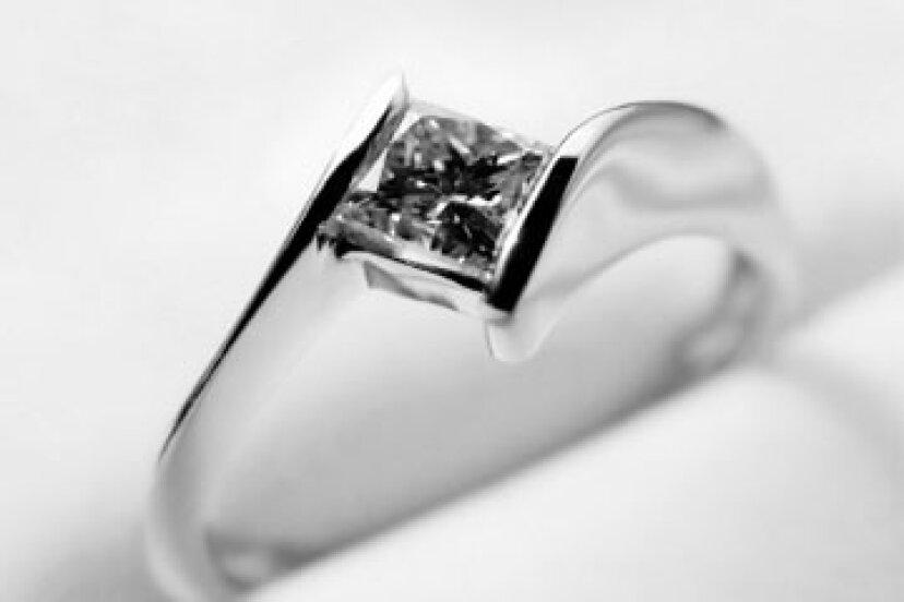 独自の婚約指輪をデザインする方法