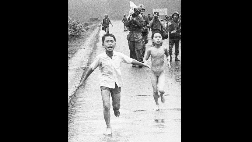 """儿童逃离凝固汽油弹,越南""""border="""
