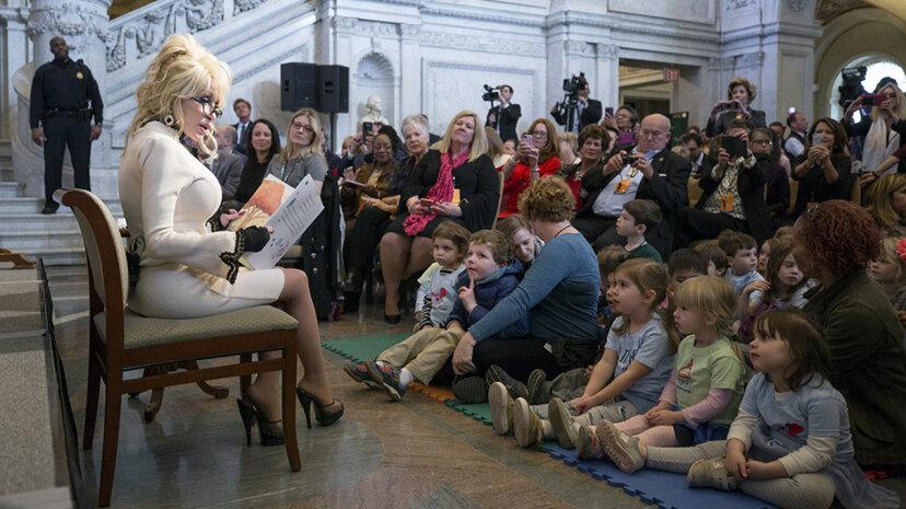 Dolly Parton spendet 100-millionstes Buch