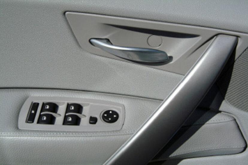 車内パネルはどのように取り付けられていますか?
