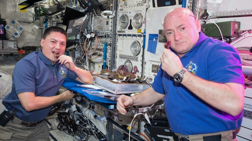 Astronaut Scott Kelly (right) and astronaut Kjell Lindgre on the ISS