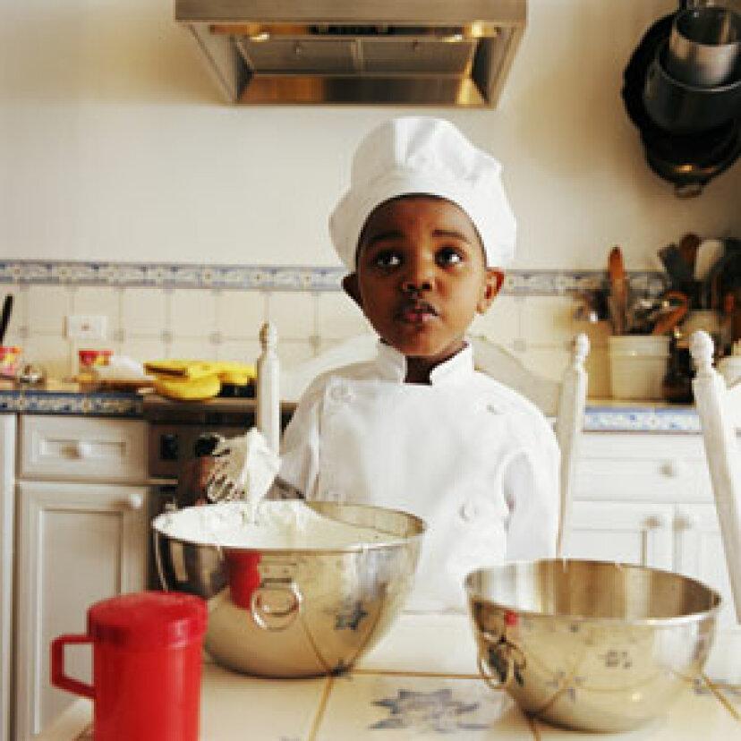 子供がそれを調理するのを手伝うならば、彼または彼女はそれを食べる可能性が高いですか?